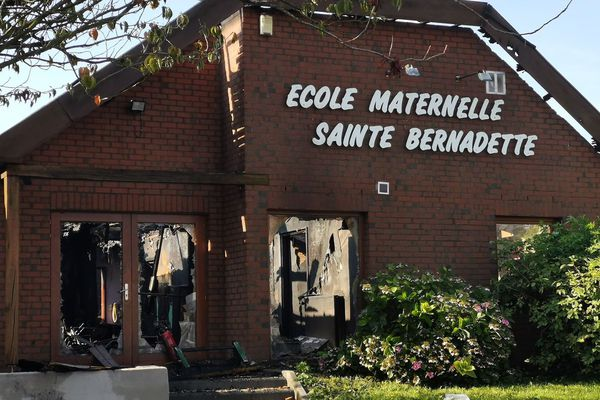 L'intérieur de l'école Sainte Bernadette a été réduit en cendres.