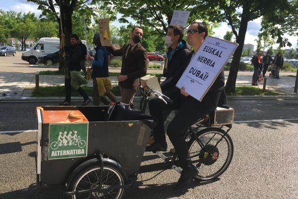 Un militant de Bizi, dans le cortège du 1er mai à Bayonne, il dénonce la spéculation immobilière dans le pays basque.