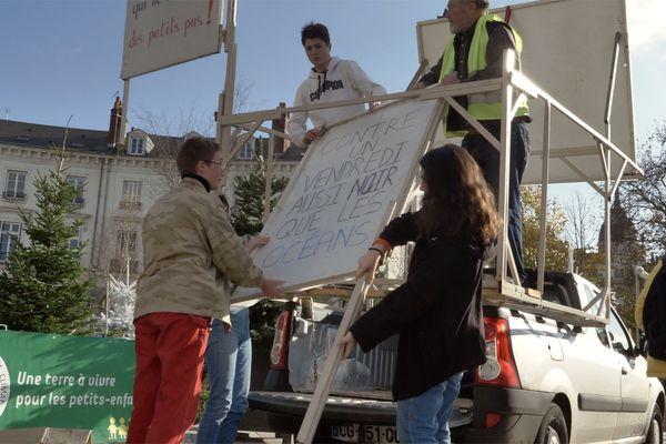 """L'association """"Grands-parents pour le climat 37"""" aide les jeunes de """"YOUTH for the Climate"""" à Tours"""