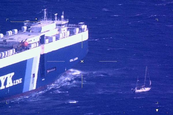 On aperçoit le voilier à côté d'un cargo venu porter assistance sur cette photo prise d'un avion des douanes.