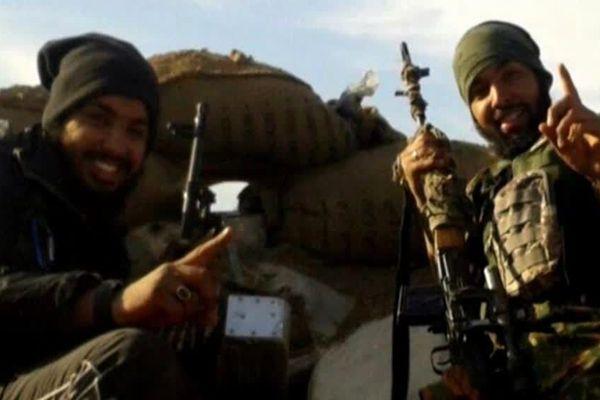 Mohamed Yassine Sakkam, 29 ans, appartenant à la filière dite de Lunel (Hérault), est le père d'un des deux enfants rapatriés en France. Condamné à mort en Irak, il paradait sur des photos du Groupe islamique avec un fusil d'assaut en 2018.