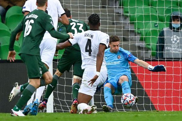 Marcus Berg pour l'équipe de Krasnodar tente un tir contre le gardien de but Rennais Romain Salin.