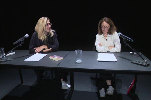 Julie Gayet et Judith Henry jouent tour à tour le rôle de l'intervieweuse et de l'interviewée.