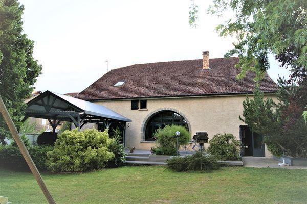 A Auxon-les-Vesoul, cette maison de 212 m² avec environ 32 ares de terrain (8 pièces dont 4 chambres) a été mise en vente à 230 000 €. Elle est partie dès la première visite, sans négociation.