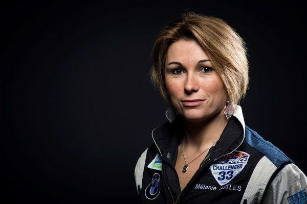Pilote de ligne, Mélanie Astles est la seule femme à disputer la prestigieuse épreuve de vitesse aérienne du Red Bull Air Race.