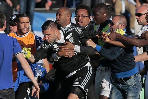Le gardien lyonnais Anthony Lopes lors des incidents du 16 avril à la mi-temps du match de L1 Bastia-Lyon