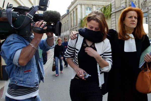 Aurélie Grenon, aux côtés de son avocate Me Bachira Hamani (D), quitte le 17 juin 2004 le palais de justice de Saint-Omer après son audition devant la cour d'assises du Pas-de-Calais. Image d'illustration