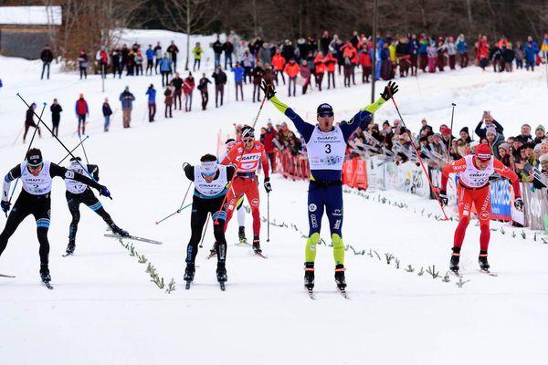 Robin Duvillard passe la ligne d'arrivée de la Transjurassienne 2017 devant Jean-Marc Gaillard et Yvan Perrillat-Boiteux