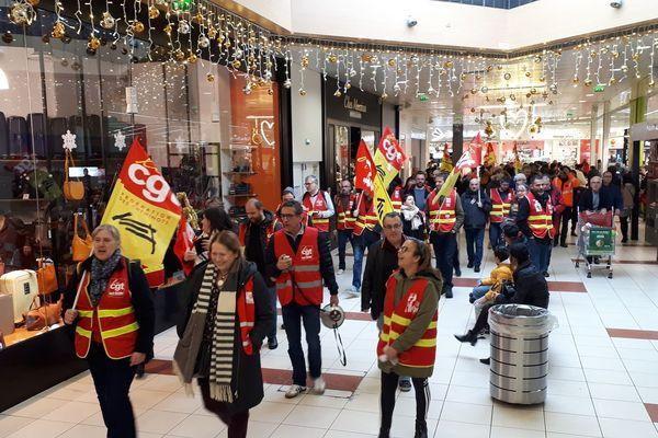 Une cinquantaine de personnes ont investi la galerie commerciale d'un magasin Auchan à Toulouse