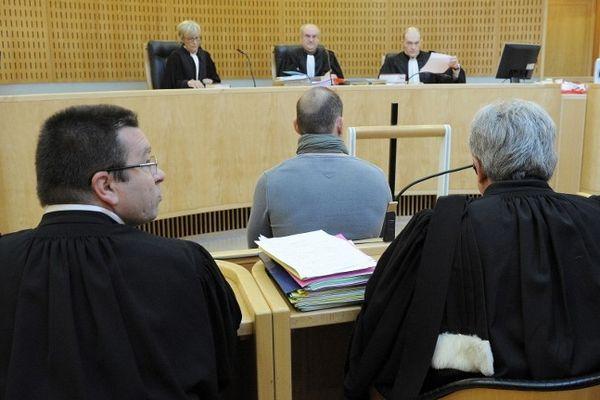 Montpellier - Nicolas Vizioz et ses avocats de dos face à la cour - 10 avril 2013.