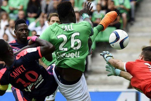 Le défenseur sénégalais de Saint-Etienne Moustapha Bayal Sall face à l'attaquant bordelais Henri Saivet et le gardien Jérôme Prior.
