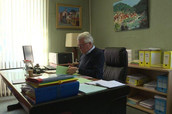 André Ipert, dans son bureau à la mairie.