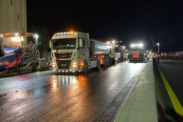A Grenoble, sur le chantier de l'A480, des dizaines de véhicules circulent la nuit - 7 octobre 2021