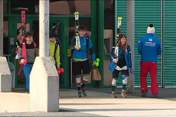 Ces lycéens futurs bacheliers allient études classiques et préparation aux épreuves pour devenir moniteur de ski.