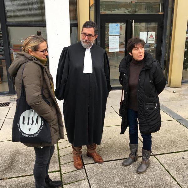 Maître Manil, avocat auprès de l'association La Lisa des Ardennes, devant le tribunal de Charleville-Mézières