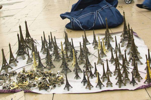 Des Tour Eiffel miniatures.