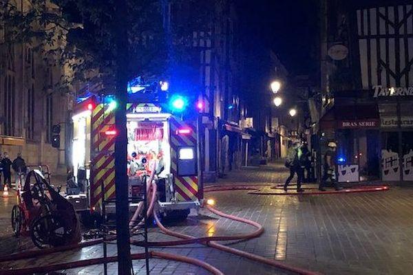 Le feu est parti vers 23h30 au niveau de la cave, dans le compteur électrique. Huit personnes sont sorties de leur appartement. Elles ont pu le regagner un peu plus tard, dans la nuit.