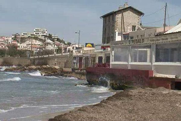 La mairie veut imposer des terrasses démontables sur les plages de la Pointe Rouge.