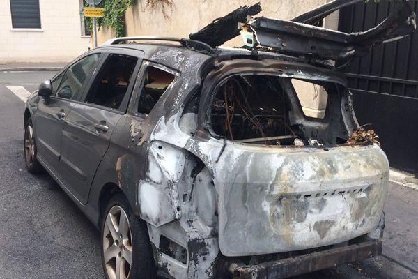 A Tours, la carcasse d'une voiture incendiée dans la nuit du 4 au 5 août 2017.