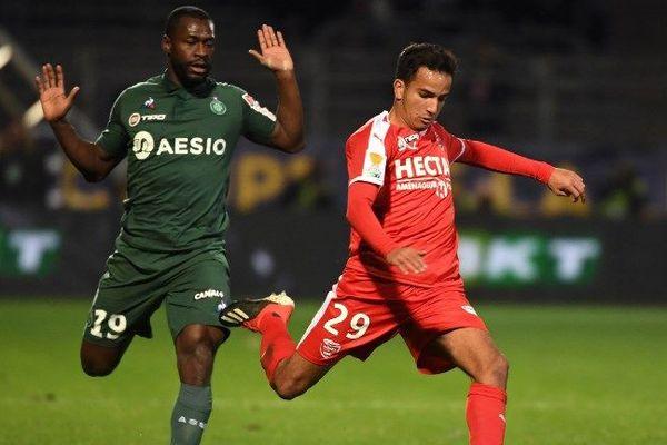 Le milieu de terrain Yannis Salibur contre le défenseur marocain Sofiane Alakouch au stade de Nîmes