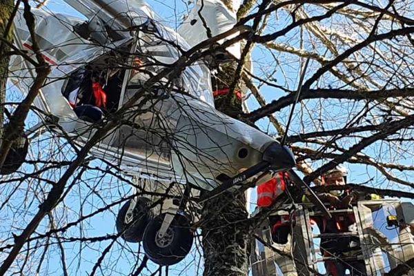 Un ULM se fige dans un arbre peu après son décollage à Egletons. Le pilote en est quitte pour une grosse émotion.