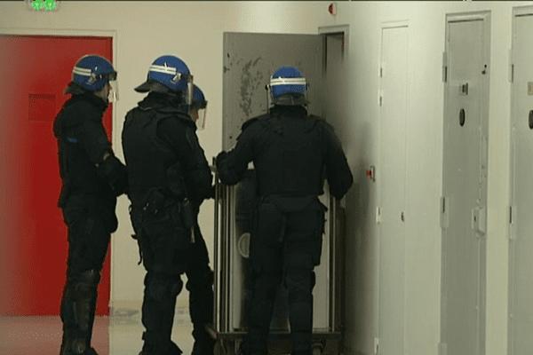 """Le centre pénitentiaire de Condé-sur-Sarthe, déjà conçu pour accueillir des détenus difficiles, pourrait accueillir en 2017 l'un des six """"quartiers pour détenus violents"""" annoncés par le gouvernement"""