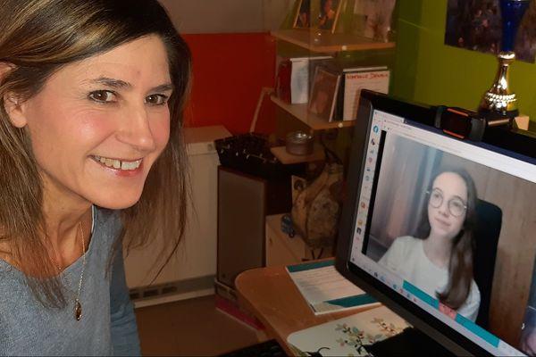 Durant le confinement, Nathalie Danaux, professeur de chant, donne désormais ses cours à distance, par visioconférence.