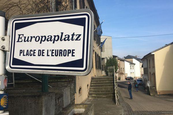 La place de l'Europe à Schengen, entre Luxembourg, France et Allemagne.