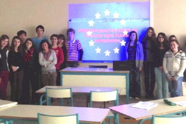 La classe de 3ème B du collège Jeanne d'Arc à Limoges pose devant le drapeau européen.