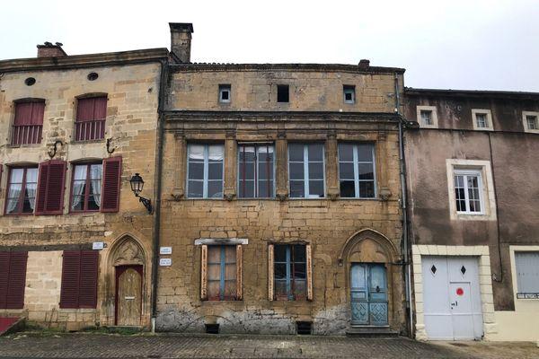 L'Hôtel d'Egremont (au centre) à Marville (Meuse). Archive automne 2020.