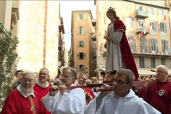 La procession s'est déroulée de la rue de l'Hôtel de Ville, jusqu'à la place Rosetti.