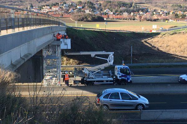 Après une expertise et des travaux de consolidation du pont enjambant l'autoroute, l' A75, près de Clermont-Ferrand est rouverte à la circulation dans les deux sens, a indiqué la préfecture du Puy-de-Dôme, mercredi 19 décembre.