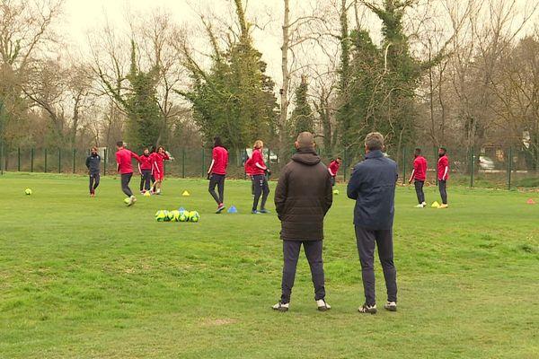 Encore de longues semaines avant de retrouver un entraînement avec tous les joueurs côte à côte sur un même terrain.
