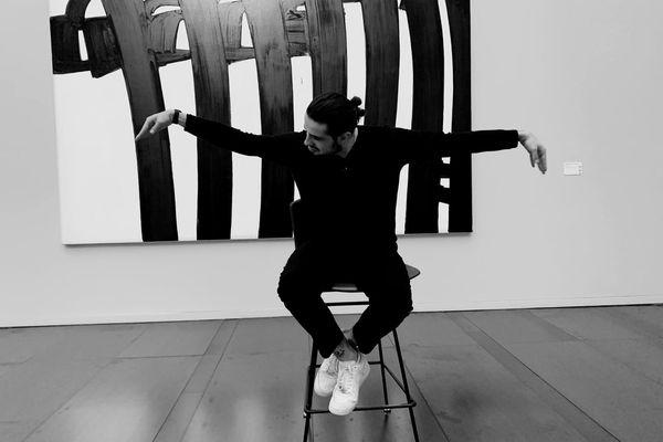 L'artiste Lombre pose devant une œuvre de Pierre Soulages au musée de Rodez - 31 mai 2021.