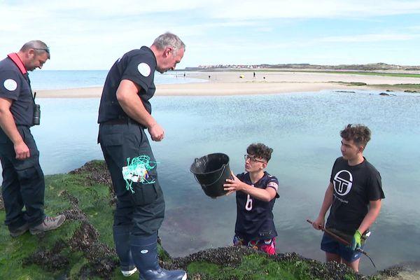Des agents de l'Office français de la biodiversité sensibilisent ces pêcheurs de crabe à respecter la taille minimale des crustacés prélevés