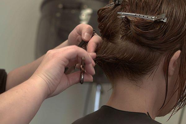 Ophélie exerçant son métier de coiffeuse