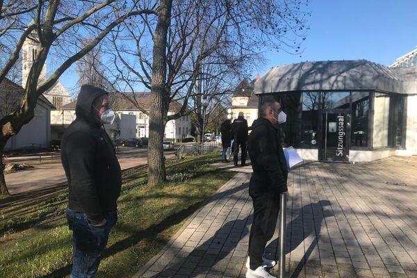 Des habitants de Kehl et des frontaliers attendent devant le centre de tests de la ville de Kehl, fin février 2021