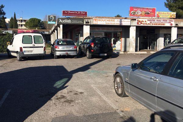 Mercredi matin, il ne reste que quelques bris de glace sur le parking où un jeune homme de 20 ans a été tué mardi soir, dans le quartier de La Paillade à Montpellier - 26 février 2020.