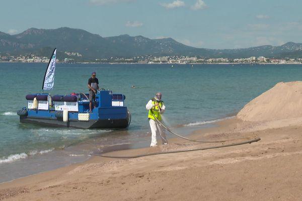 L'eau de mer est pompée et mélangée à de l'eau oxygénée diluée.