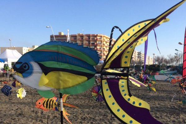 Des marionnettes géantes sont installés sur la plage de la mairie à Palavas-les-flots pour le Téléthon 2016