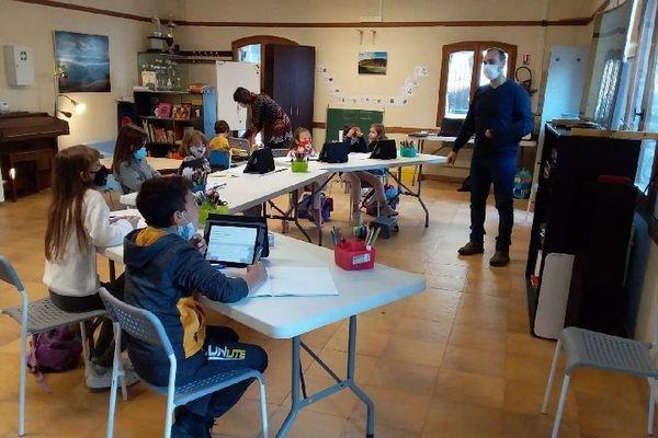 Samuel Billet fiat classe aux 8 enfants de Libre depuis qu'ils ne peuvent plus accéder à leur école à Breil-sur-Roya.