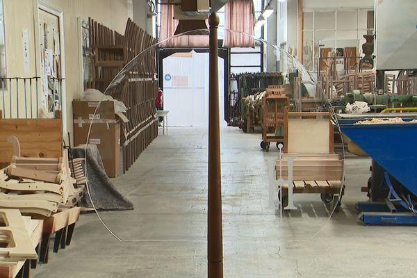 Le paravent conçu par Henryot et cie est composé d'un mât en bois et d'une voile en plexiglass, pour rappeler un univers maritime.