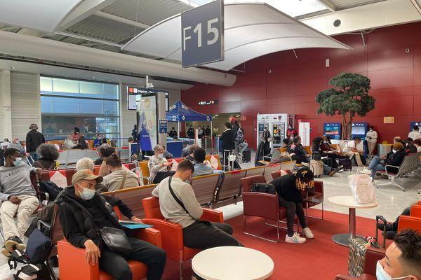 La halle de l'aéroport de Paris Orly 1 a été aménagé pour effectuer les tests antigéniques des voyageurs arrivant de Cayenne en Guyane.