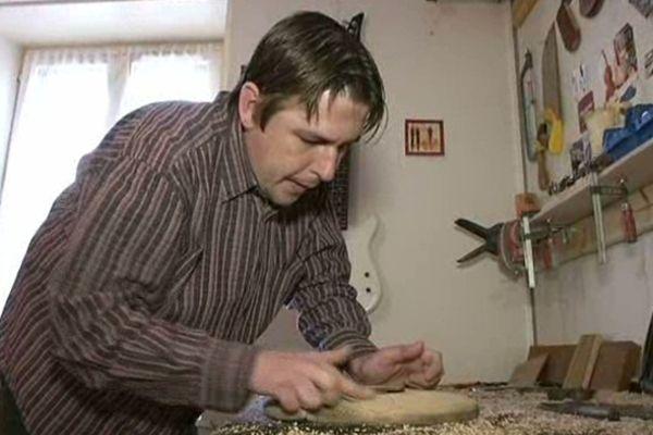 Des semaines de travail pour une pièce unique. Emilien Bret est luthier. Il travaille dans le Territoire de Belfort.