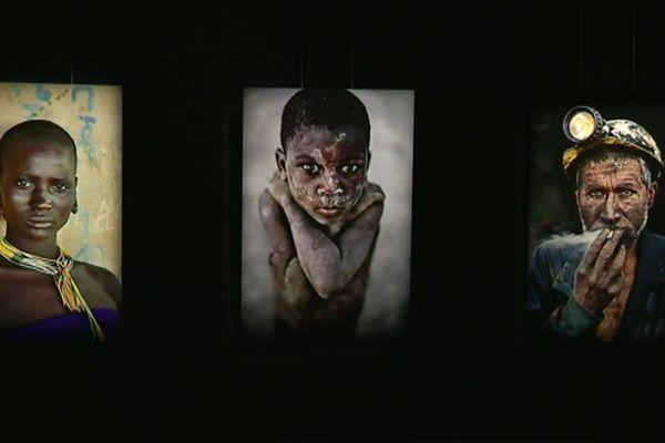 L'exposition de Steve McCurry est composée de portraits pris en Afghanistan, en Inde, enAsie du Sud-Est, en Afrique, à Cuba, Aux Etats-Unis, au Brésil et en Italie.