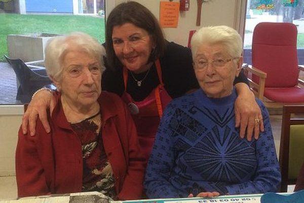 Françoise (au centre) bénévole des Blouses Roses à la Résidence de la Madeleine