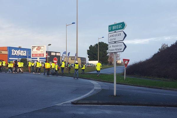 Les Gilets jaunes bloquent les accès à la zone commerciale de Langueux près de Saint-Brieuc