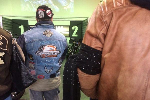 Les bikers de Grenoble au magasin Harley Davidson portent des brassards noirs en hommage à Johnny Hallyday