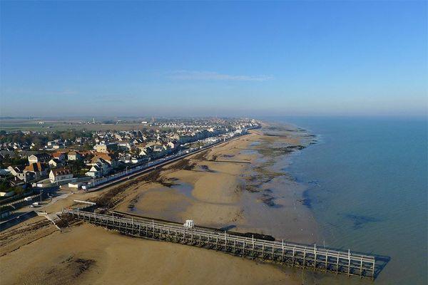 Dans le Calvados, sur la Côte de Nacre, la plage de Luc-sur-Mer et sa jetée des pêcheurs connaîtront une affluence digne des grandes marées les plus importantes de cette année 2020.