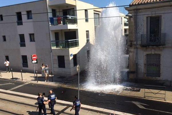 Un camion a percuté une bouche à incendie à l'angle de l'avenue de Lodève et de la rue Delmas, à Montpellier - 13 juillet 2018